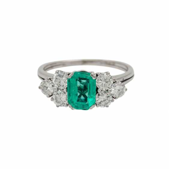 Ring with emerald flanked by 6 brilliant-cut diamonds totaling approx. 1.1 ct, - photo 2