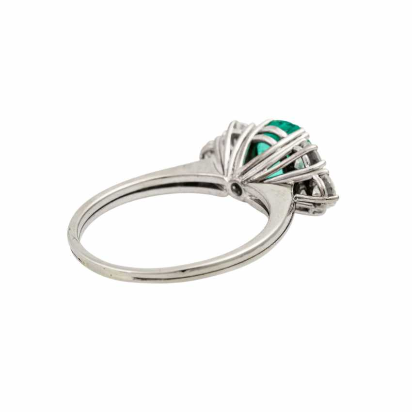 Ring with emerald flanked by 6 brilliant-cut diamonds totaling approx. 1.1 ct, - photo 3