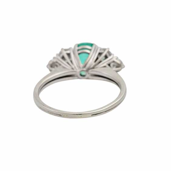 Ring with emerald flanked by 6 brilliant-cut diamonds totaling approx. 1.1 ct, - photo 4