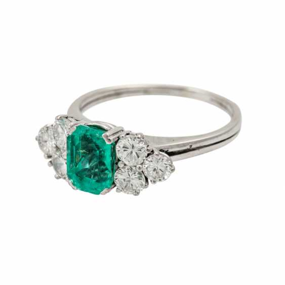 Ring with emerald flanked by 6 brilliant-cut diamonds totaling approx. 1.1 ct, - photo 5