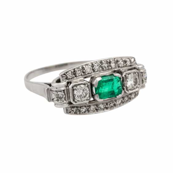 Ring with emerald and diamonds together approx. 0.55 ct, - photo 1