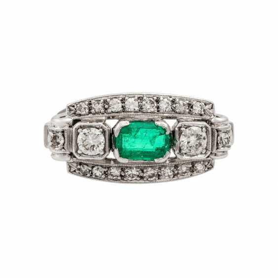 Ring with emerald and diamonds together approx. 0.55 ct, - photo 2