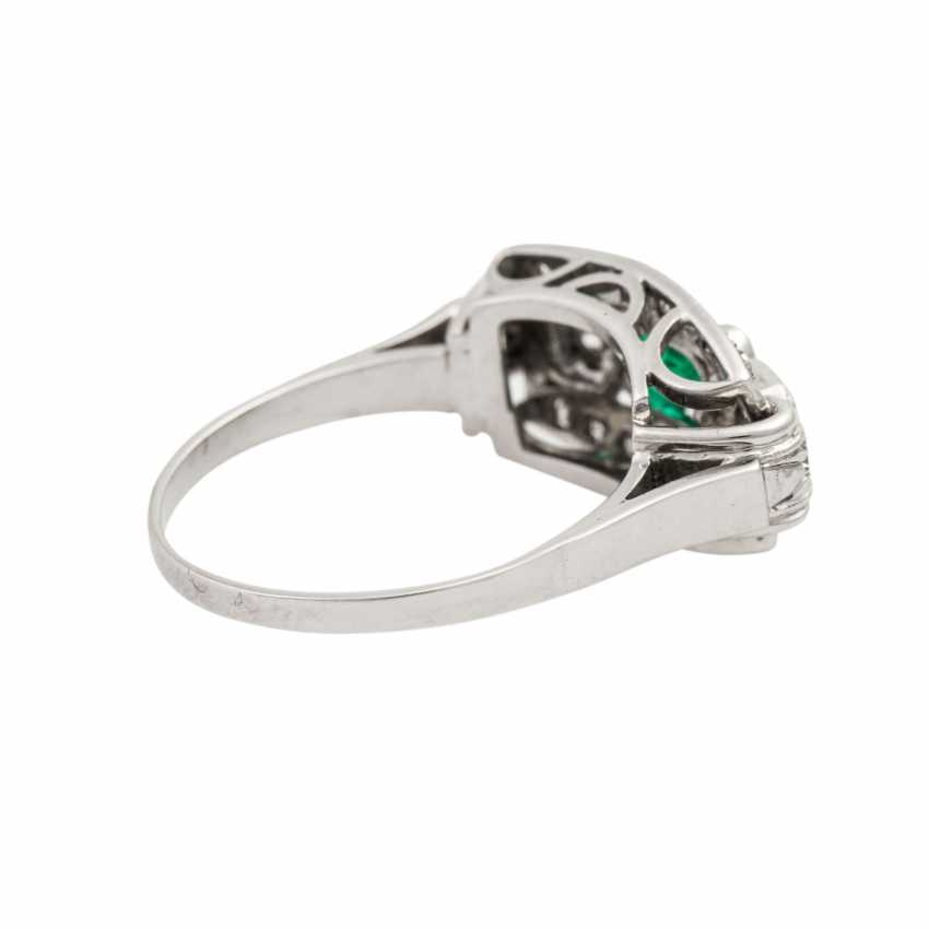 Ring with emerald and diamonds together approx. 0.55 ct, - photo 3