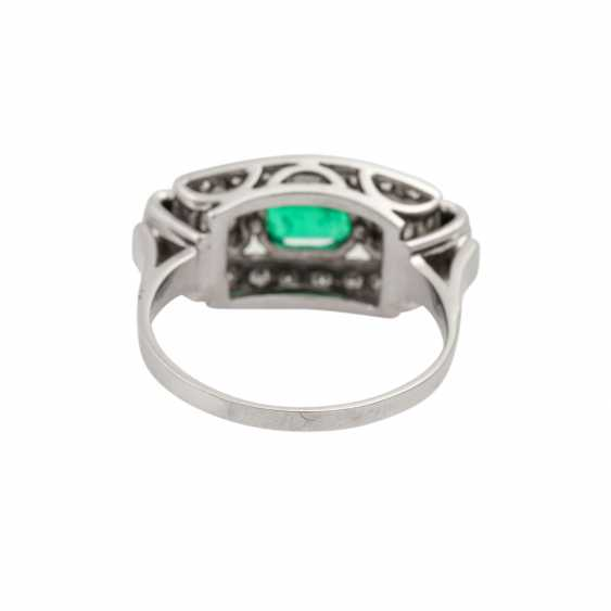 Ring with emerald and diamonds together approx. 0.55 ct, - photo 4