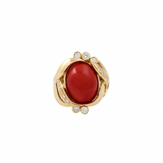 Ring with a fine coral cabochon and diamonds totaling approx. 0.3 ct, - photo 2