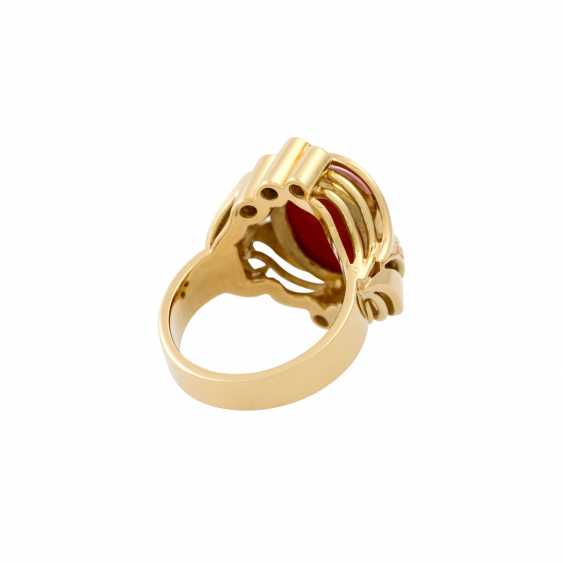 Ring with a fine coral cabochon and diamonds totaling approx. 0.3 ct, - photo 3