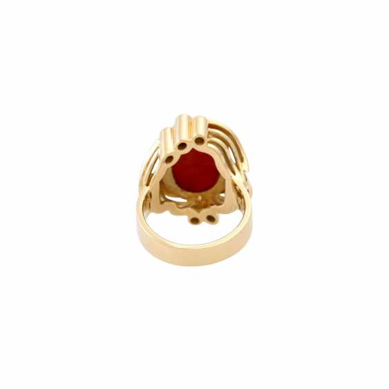 Ring with a fine coral cabochon and diamonds totaling approx. 0.3 ct, - photo 4