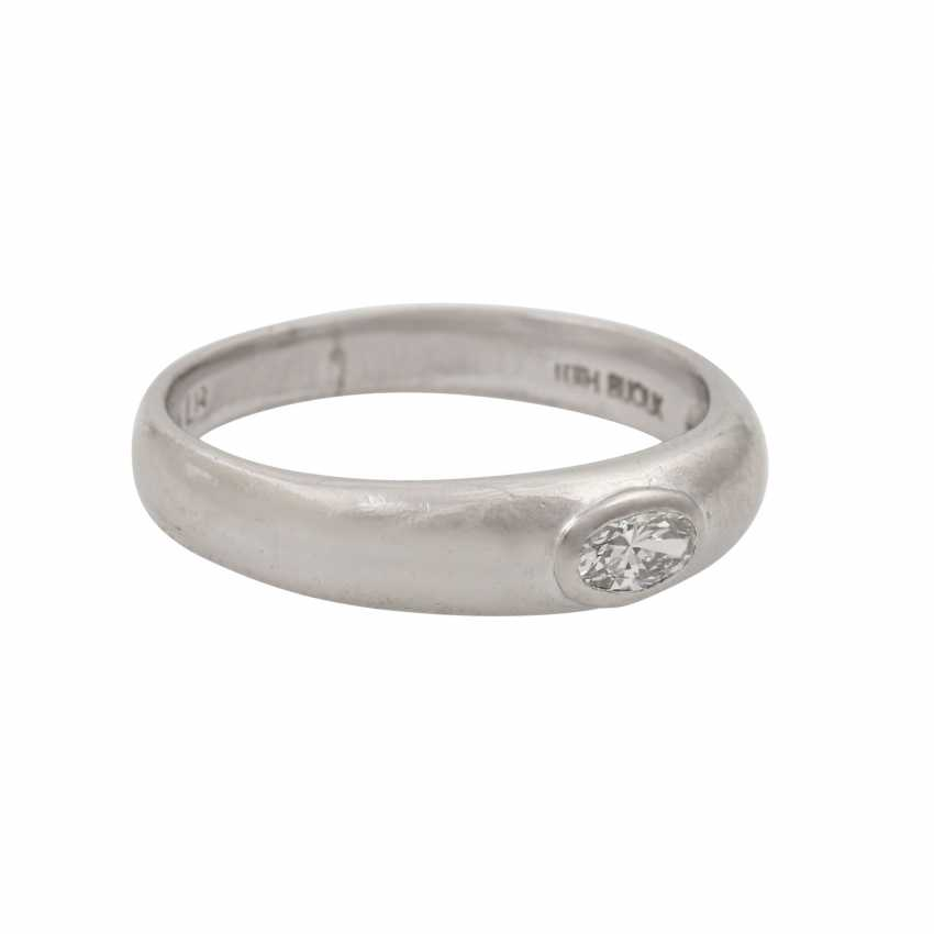 LÜTH BIJOUX solitaire ring with oval diamond of approx. 0.2 ct, - photo 1