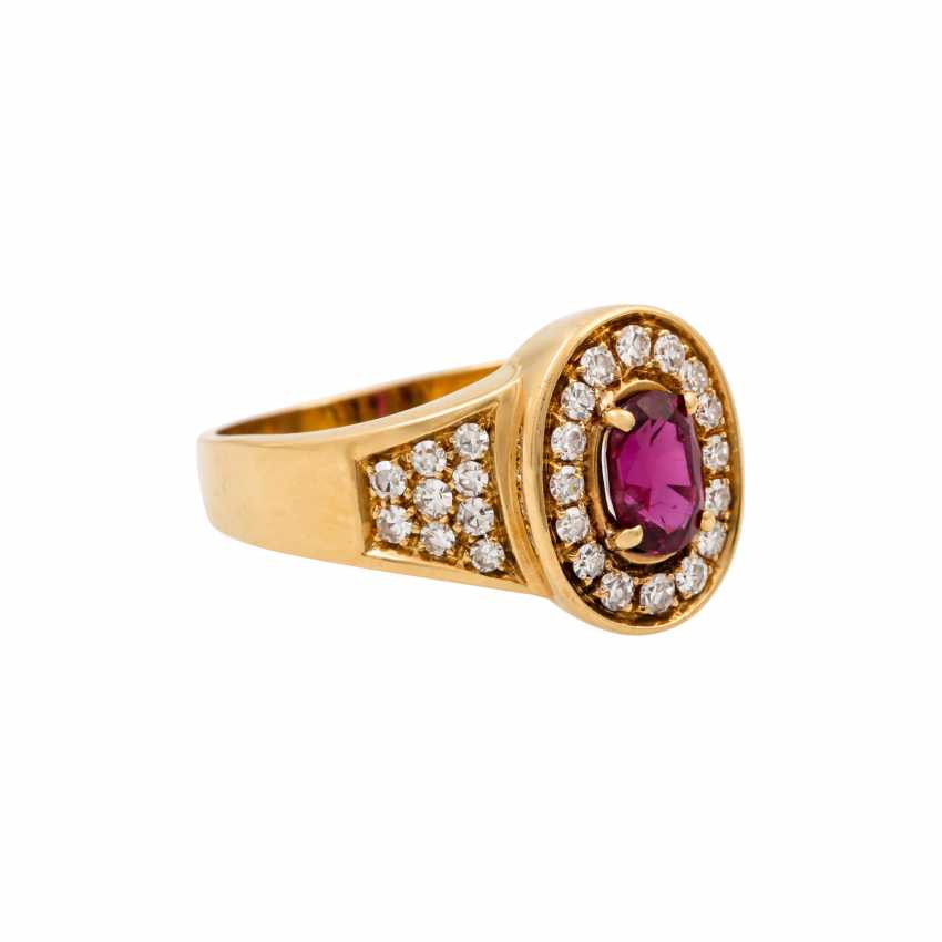 Ring with an oval ruby of approx. 1 ct and diamonds totaling approx. 0.34 ct, - photo 1
