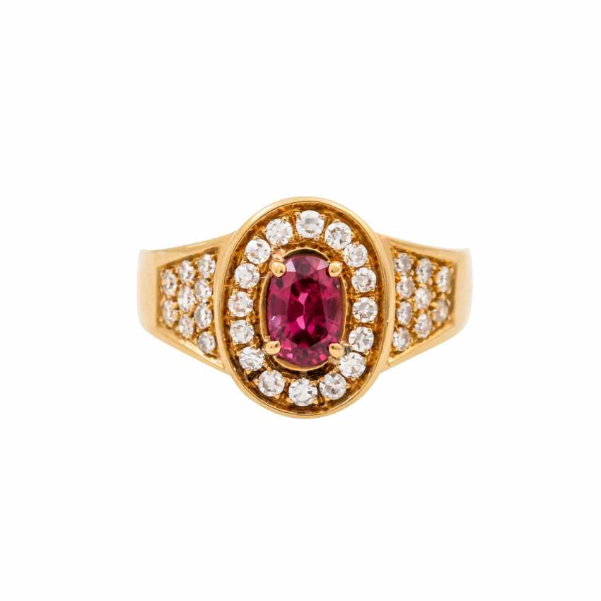 Ring with an oval ruby of approx. 1 ct and diamonds totaling approx. 0.34 ct, - photo 2