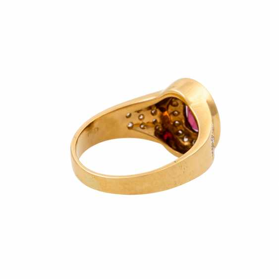 Ring with an oval ruby of approx. 1 ct and diamonds totaling approx. 0.34 ct, - photo 3