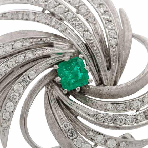 LAUDIER brooch with emerald and diamonds - photo 4