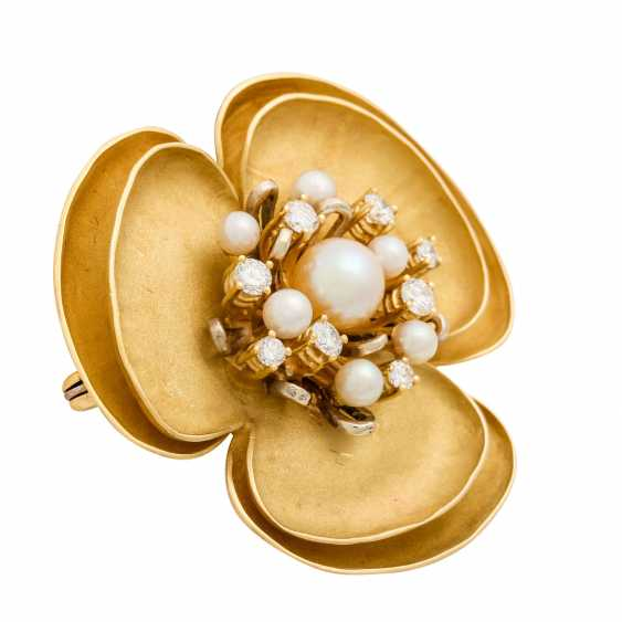 Flower brooch with pearls and diamonds - photo 2