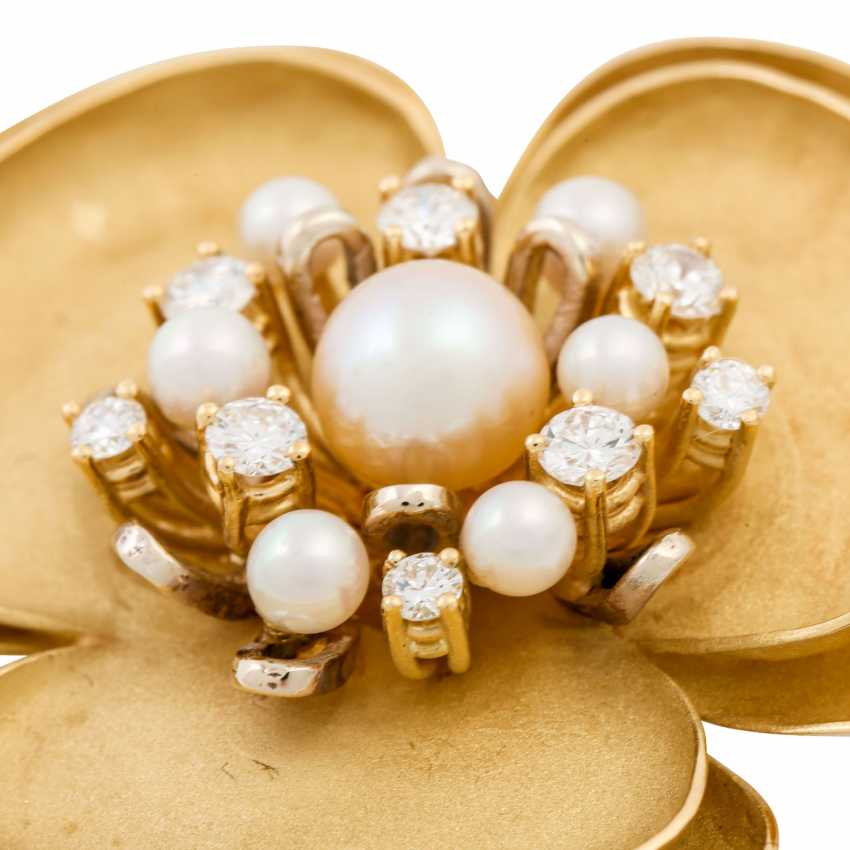 Flower brooch with pearls and diamonds - photo 4