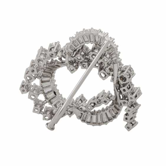Brooch with diamonds totaling approx. 2.5 ct and trapezoidal diamonds totaling approx. 1.5 ct, - photo 3