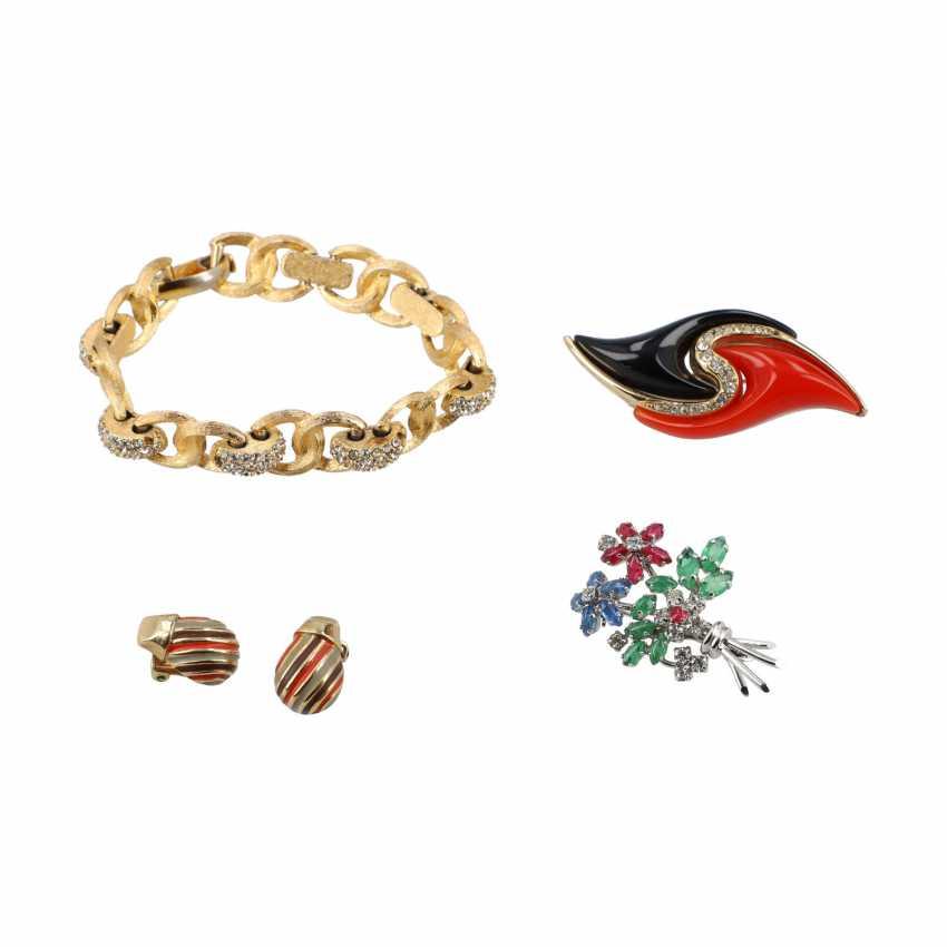 CHRISTIAN DIOR VINTAGE costume jewelery bundle. - photo 1