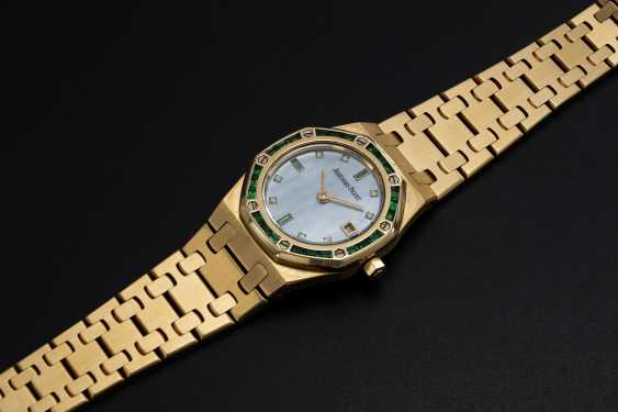 AUDEMARS PIGUET, A LADIES GOLD ROYAL OAK WITH MOTHER OF PEARL DIAL WITH EMERALD BEZEL - photo 1