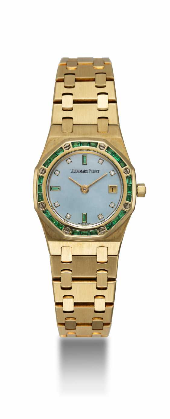 AUDEMARS PIGUET, A LADIES GOLD ROYAL OAK WITH MOTHER OF PEARL DIAL WITH EMERALD BEZEL - photo 3
