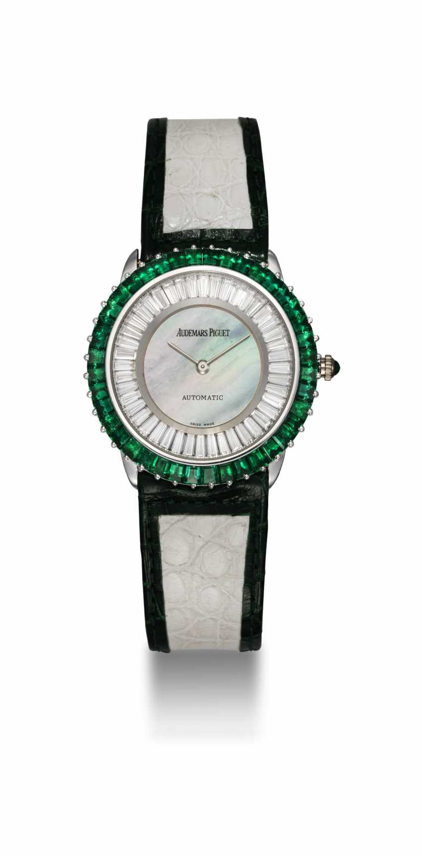 AUDEMARS PIGUET, A GENTS GOLD WRISTWATCH SET WITH EMERALDS, DIAMONDS, AND A MOTHER OF PEARL DIAL - photo 3