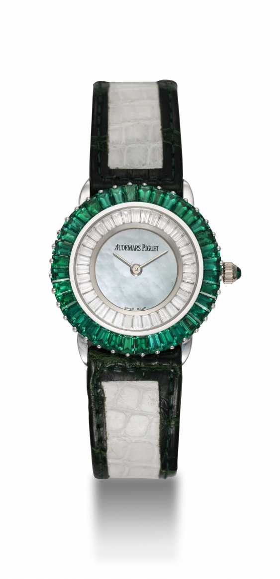AUDEMARS PIGUET, A UNIQUE LADIES GOLD SET WITH EMERALDS, DIAMONDS, AND A GREEN MOTHER OF PEARL DIAL - photo 3