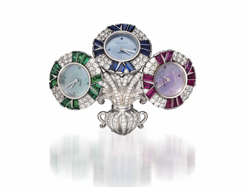 AUDEMARS PIGUET, A UNIQUE GOLD BROOCH WITH 3 QUARTZ WATCHES SET WITH DIAMONDS, RUBIES, SAPPHIRES, AND EMERALDS, ENGRAVED NO. 1 - photo 3