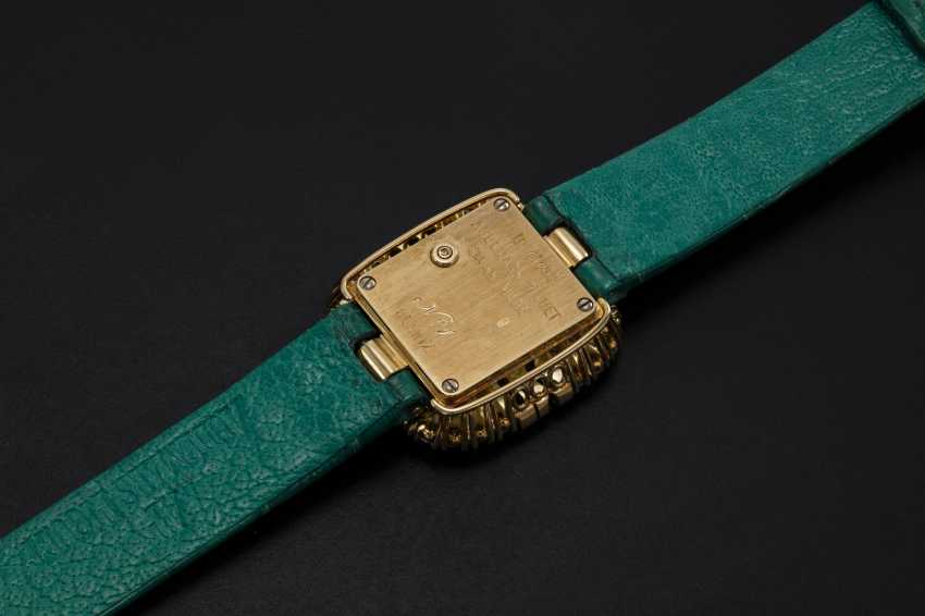 AUDEMARS PIGUET, A LADIES GOLD WRISTWATCH SET WITH DIAMONDS AND EMERALDS AND A PAVED DIAL  - photo 2