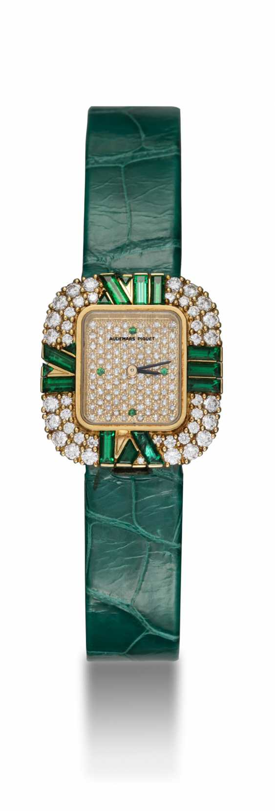 AUDEMARS PIGUET, A LADIES GOLD WRISTWATCH SET WITH DIAMONDS AND EMERALDS AND A PAVED DIAL  - photo 3
