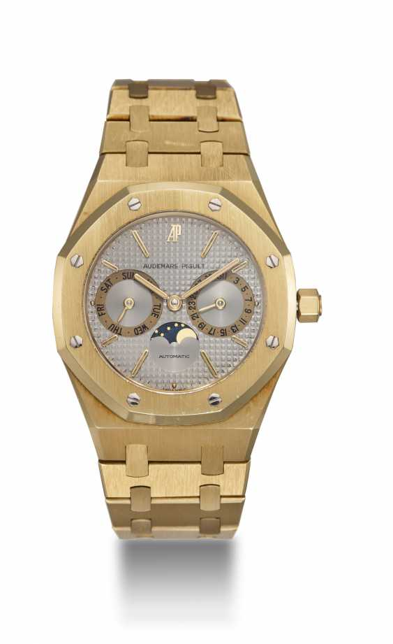 AUDEMARS PIGUET, A GOLD ROYAL OAK DAY-DATE WITH MOON-PHASE, REF. 25594BA - photo 3