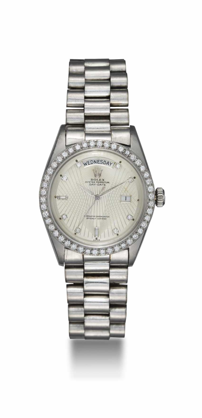 "ROLEX ""BROOKLYN BRIDGE"", A PLATINUM DIAMOND-SET OYSTER PERPETUAL DAY-DATE WITH AN ENGRAVED DIAL, REF. 1804 - photo 3"