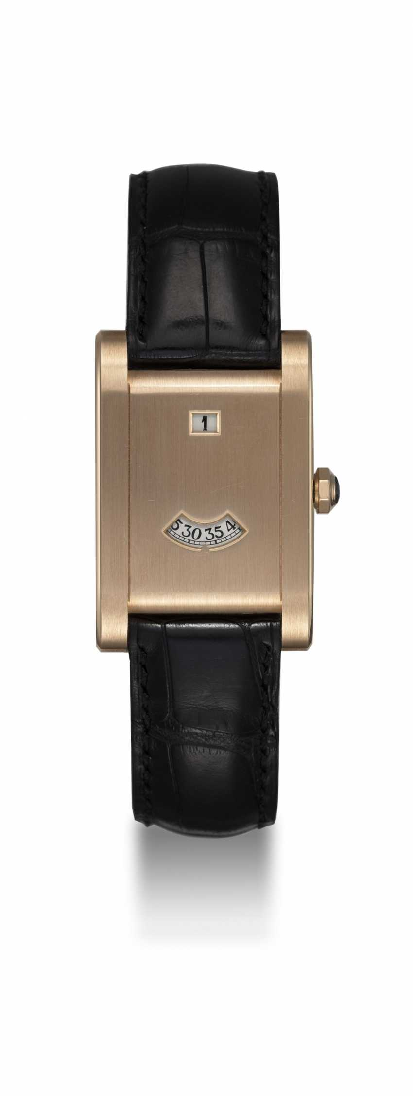 CARTIER. A LIMITED EDITION TANK JUMPING HOURS WRISTWATCH, REF.2817, 061/100 - photo 3