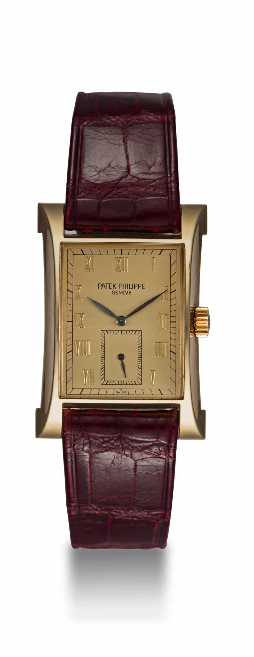 PATEK PHILIPPE, REF. 5500 PAGODA, A LIMITED EDITION GOLD WRISTWATCH - photo 3