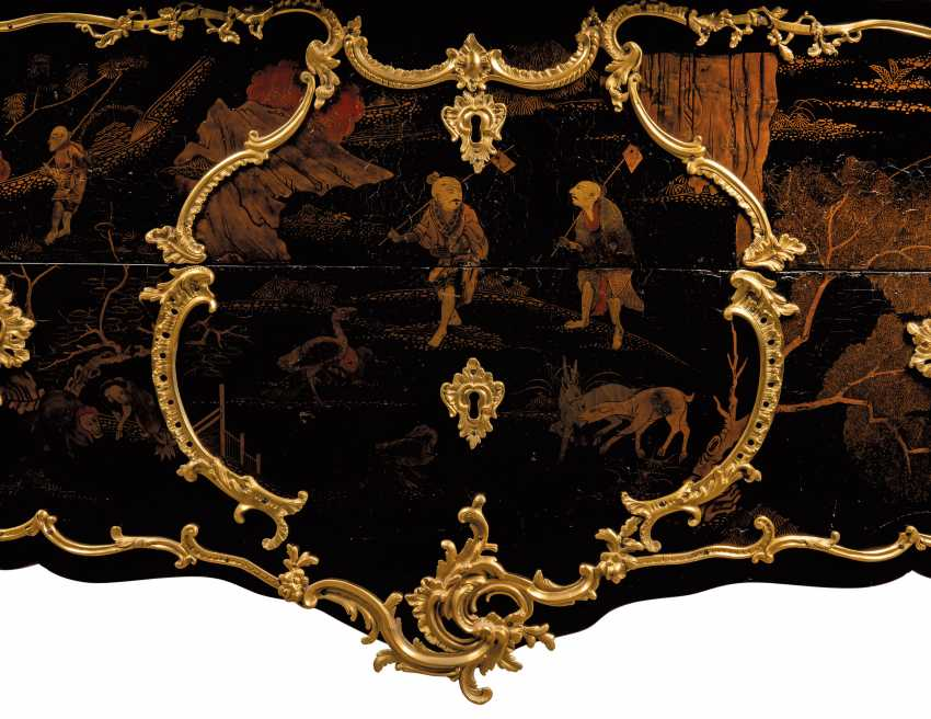 A LOUIS XV ORMOLU-MOUNTED CHINESE BLACK AND GILT LACQUER BOMBE COMMODE - photo 3
