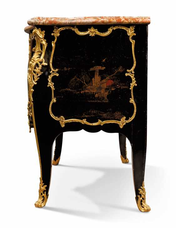 A LOUIS XV ORMOLU-MOUNTED CHINESE BLACK AND GILT LACQUER BOMBE COMMODE - photo 4