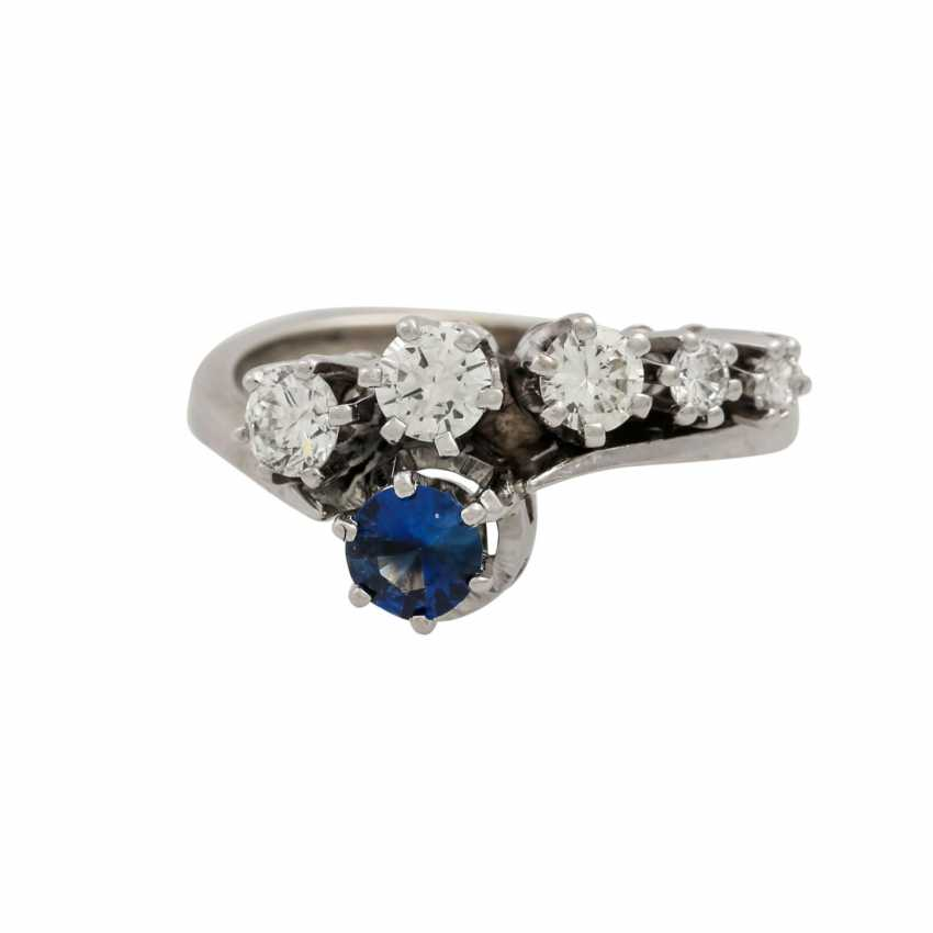 Ring with sapphire and diamonds totaling approx. 0.4 ct, - photo 2