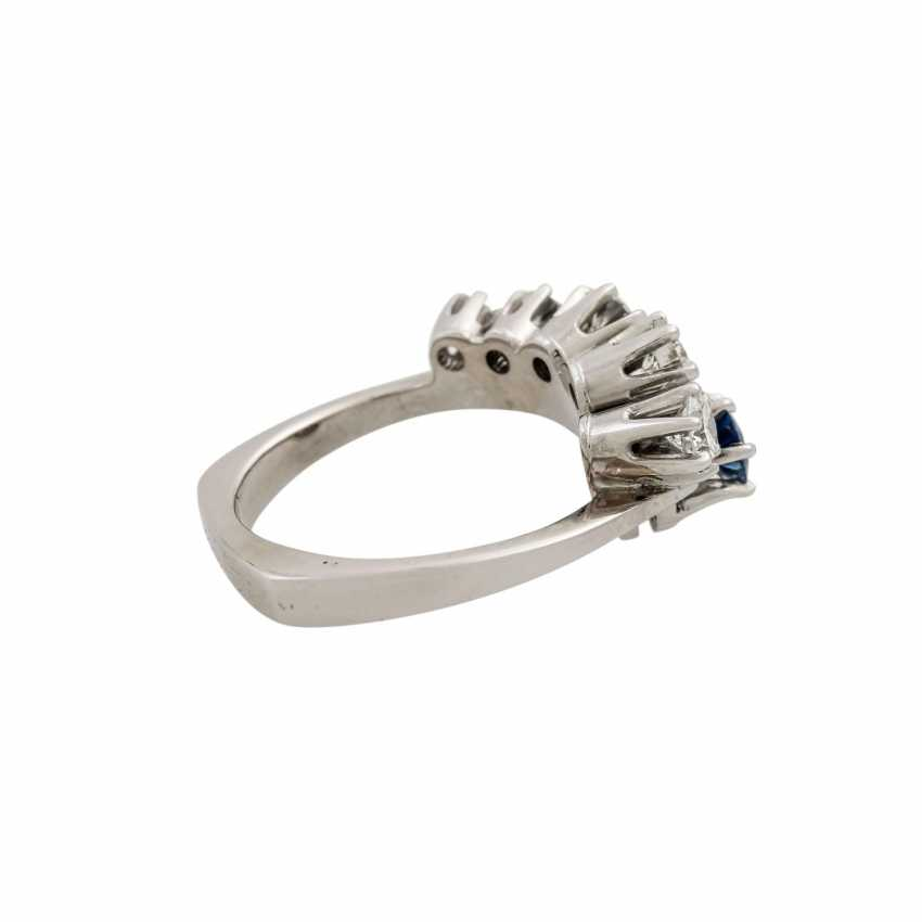 Ring with sapphire and diamonds totaling approx. 0.4 ct, - photo 3
