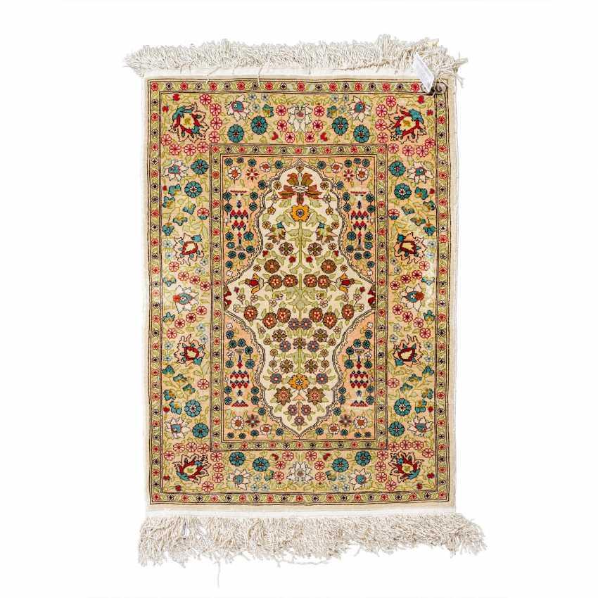 Small oriental carpet made of silk. HEREKE, 20th century, 70x47 cm. - photo 1