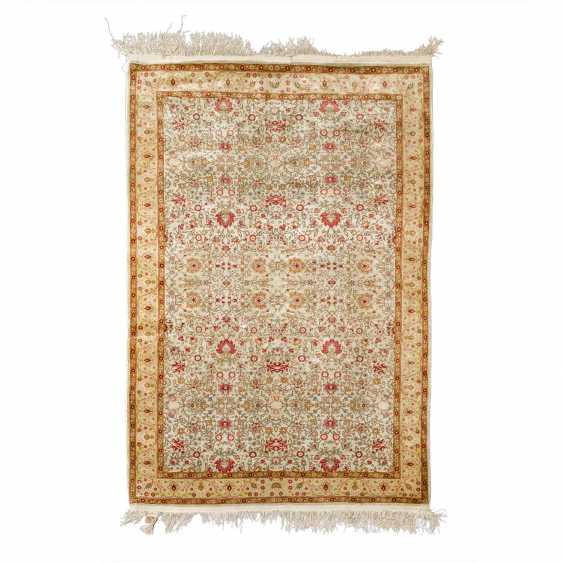 Oriental carpet made of silk. 20th century, 157x107 cm. - photo 1