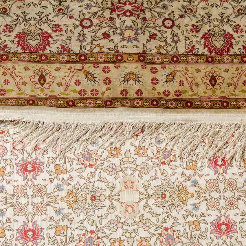 Oriental carpet made of silk. 20th century, 157x107 cm. - photo 4