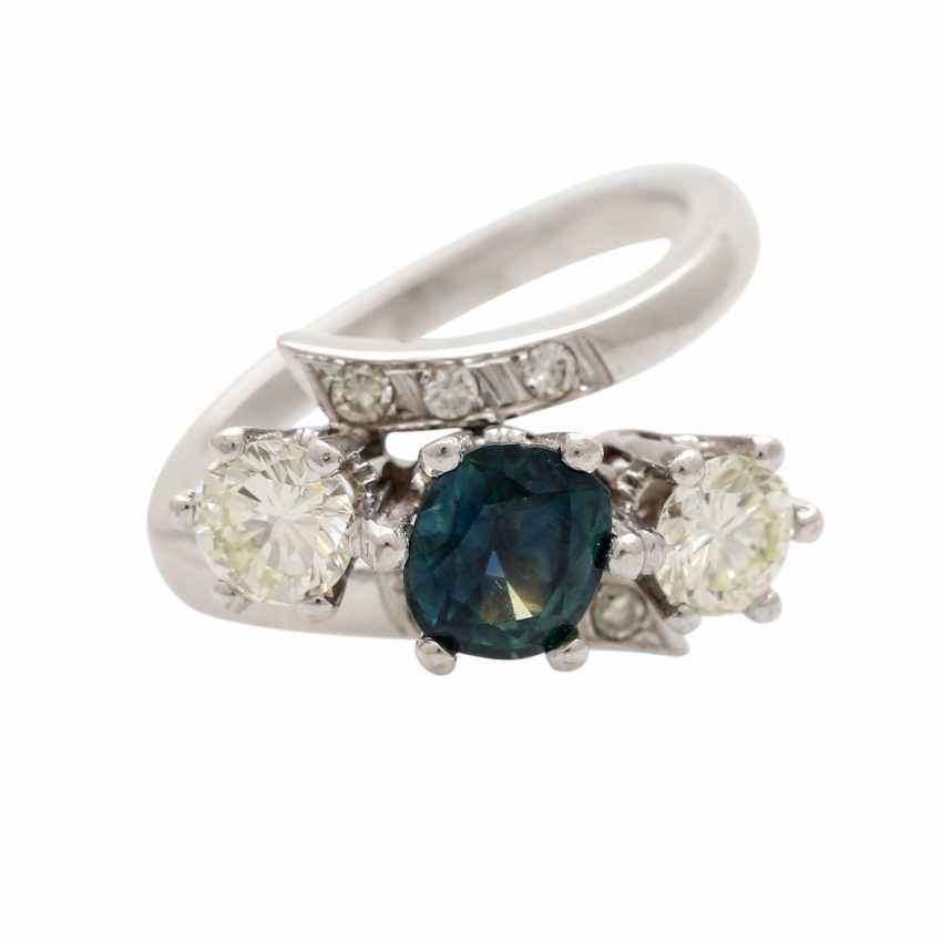Ring with 1 sapphire, 2 brilliant-cut diamonds - photo 1