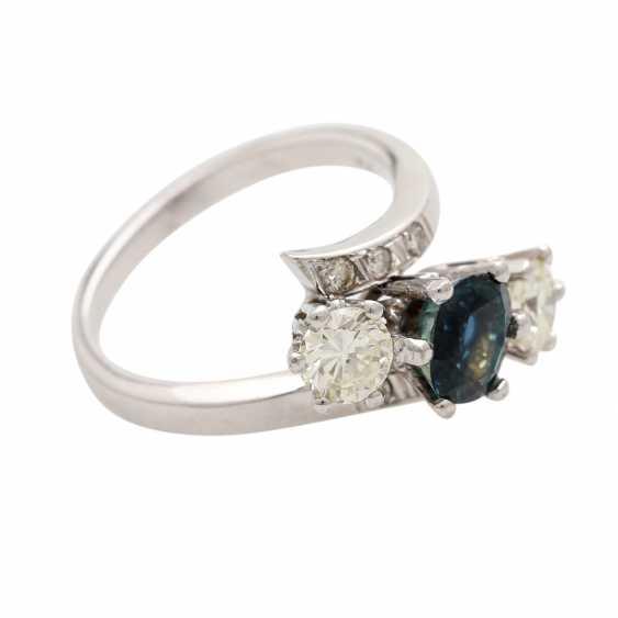 Ring with 1 sapphire, 2 brilliant-cut diamonds - photo 2