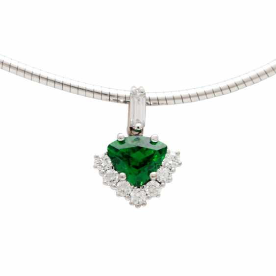 Pendant studded with 1 tsavorite in triangle cut diamonds, - photo 1