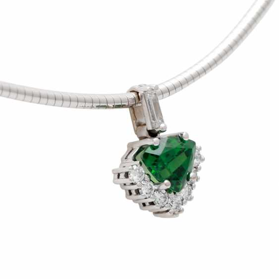 Pendant studded with 1 tsavorite in triangle cut diamonds, - photo 2
