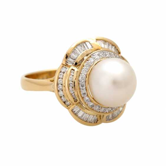Ring with 1 cultured pearl, brilliant-cut diamonds and diamond baguettes, - photo 2