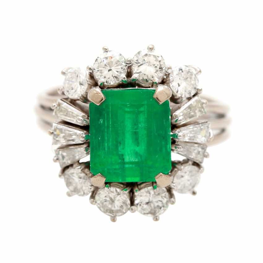 Ladies ring with emerald in the step-cut - photo 1