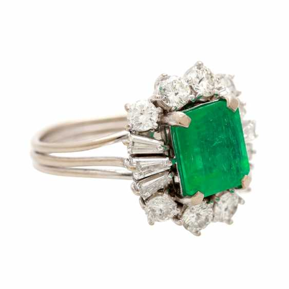 Ladies ring with emerald in the step-cut - photo 2