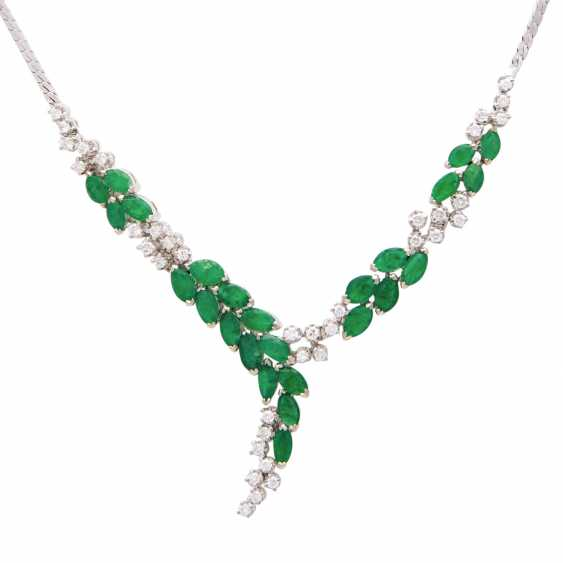 Necklace with 25 emerald navettes and 37 brilliant-cut diamonds - photo 2