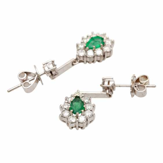 Stud earrings with 2 faceted emerald droplets - photo 3