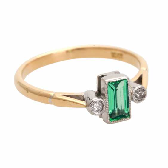 Ring with 1 emerald, baguette and 2 diamonds, - photo 2