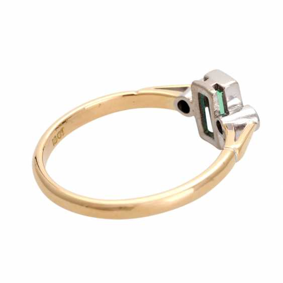 Ring with 1 emerald, baguette and 2 diamonds, - photo 3