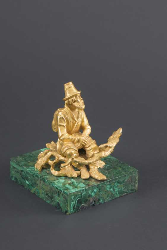 STATUETTE OF AN OLD MAN RESTING IN GILDED BRONZE - photo 1